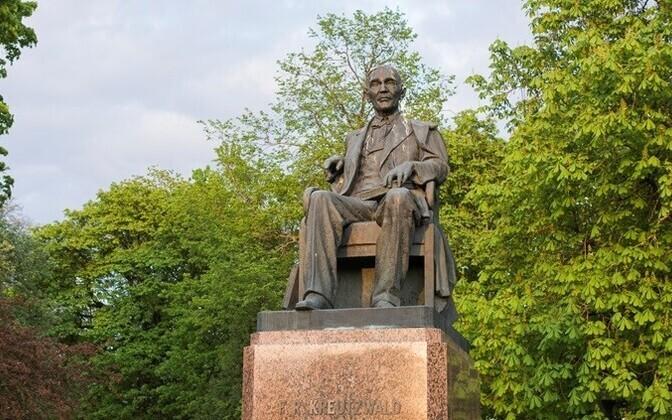 Памятник писателю Фридриху Крейцвальду.