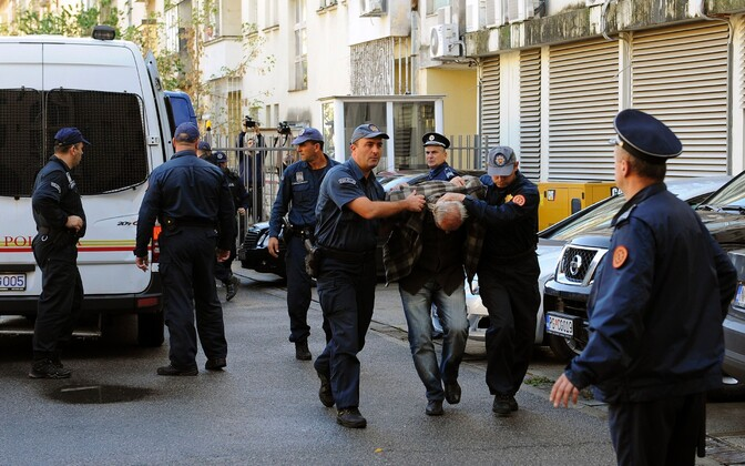 Montenegro politseinikud kinnipeetuid 16. oktoobril kohtuhoonesse toimetamas.