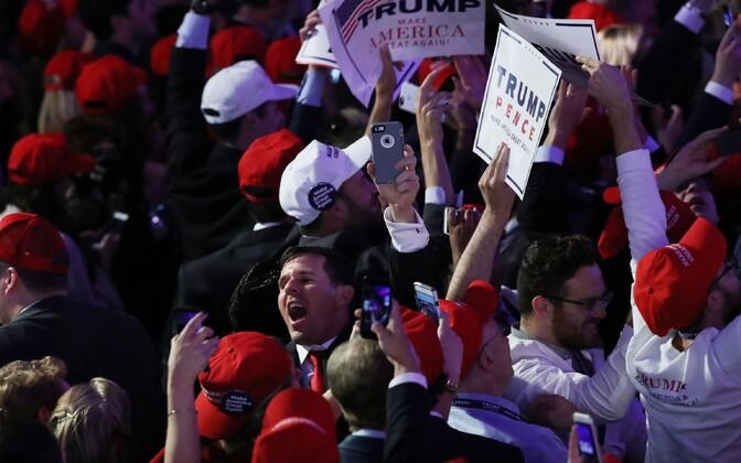 Trumpi toetajad rõõmustamas.
