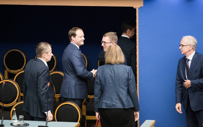 Members of Rõivas' second government (left), with President of the Riigikogu Eiki Nestor looking on (right). Nov. 9, 2016.