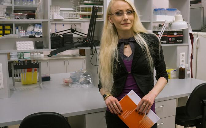 """Mariliis Vahtkaitses täna Tartu ülikoolis doktoritöö """"Geenid ja alkoholitarvitamine: levinud geenipolümorfismide mõju rahvastikus"""" filosoofiadoktori kraadi taotlemiseks psühholoogia alal."""