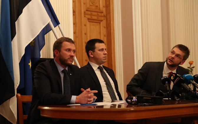 Margus Tsahkna, Jüri Ratas ja Jevgeni Ossinovski 2016. aasta novembris loodavat koalitsiooni tutvustamas.