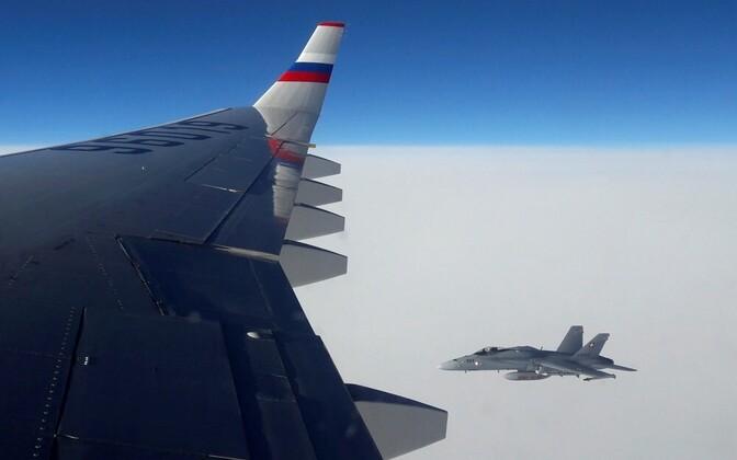 Истребитель сопровождает российский Ил-96 в воздушном пространстве Швейцарии.