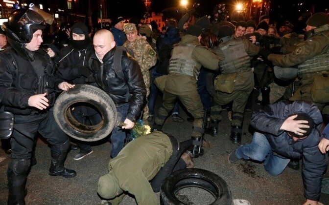 Столкновения между полицией и участниками акции на Майдане Незалежности в Киеве.