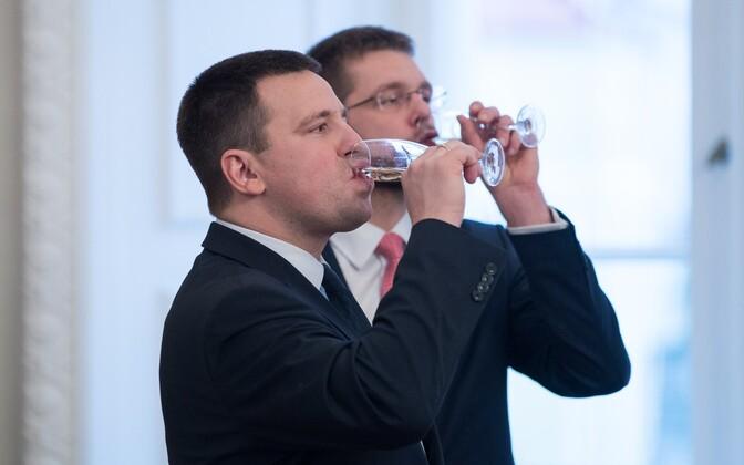 Премьер-министр Юри Ратас (на переднем плане) и министр труда и здоровья Евгений Осиновский на подписании коалиционного договора.
