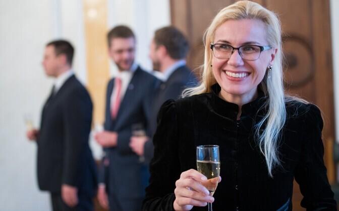 Kadri Simson kolitsioonileppe allkirjutamise tseremoonial. Taustal Jüri Ratas, Jevgeni Ossinovski ja Margus Tsahkna.