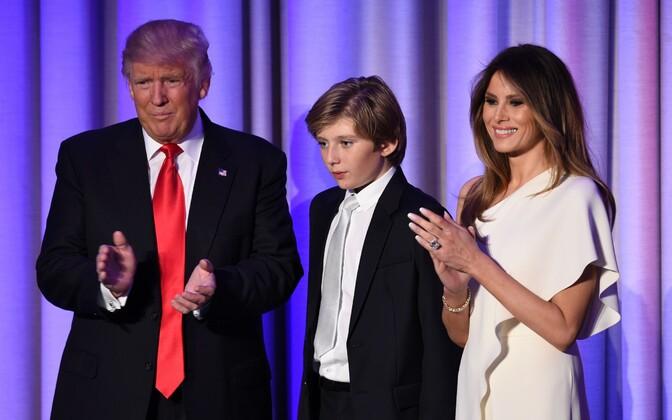 Donald Trump koos poeg Barroni ja abikaasa Melaniaga.