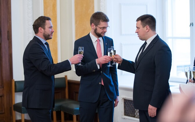 Margus Tsahkna, Jevgeni Ossinovski ja Jüri Ratas tähistamas koalitsioonileppe sõlmimist.