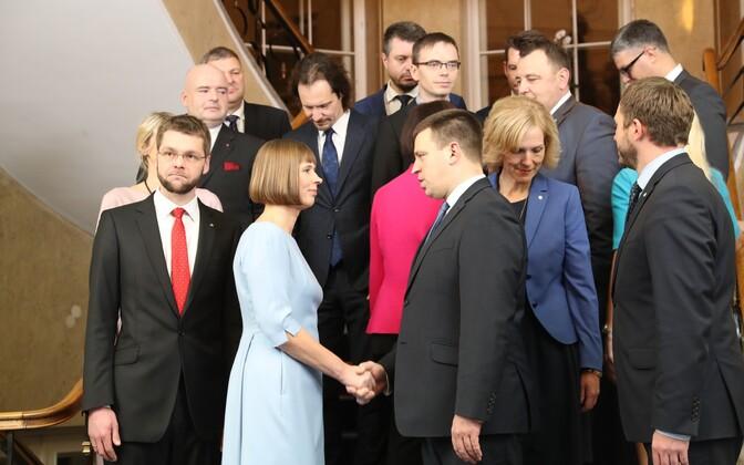 Президент Кальюлайд и министры нового правительства в Кадриорге.