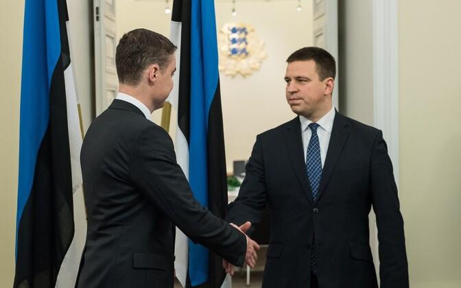 Former Prime Minister Taavi Rõivas and successor Jüri Ratas shake hands at the Stenbock House on Wednesday. Nov. 23, 2016.