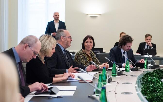 Mailis Reps (keskel) Jüri Ratase valitsuse esimesel istungil.