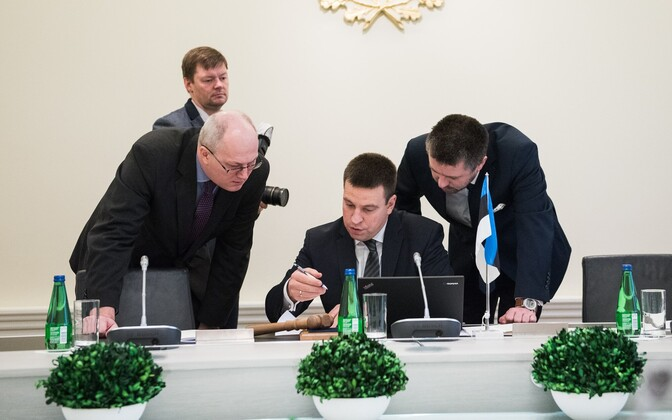 Prime Minister Jüri Ratas (center) leading a government session.