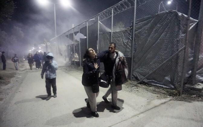 Эвакуация людей из горящего лагеря.