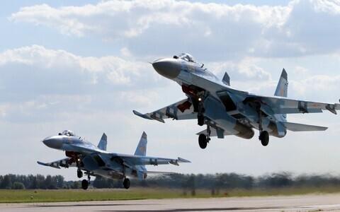 Многоцелевые истребители Су-35.