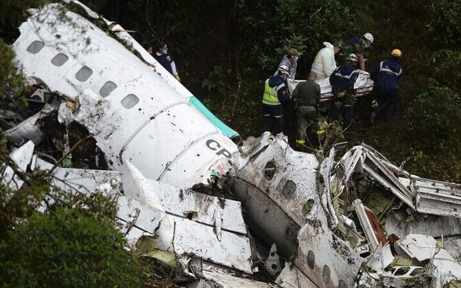 Самолет разбился при плохих погодных условиях.
