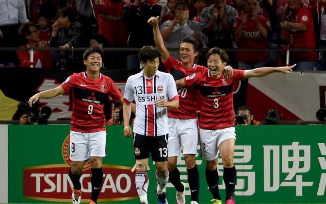 Urawa Red Diamondsi mängijad rõõmustamas värava üle