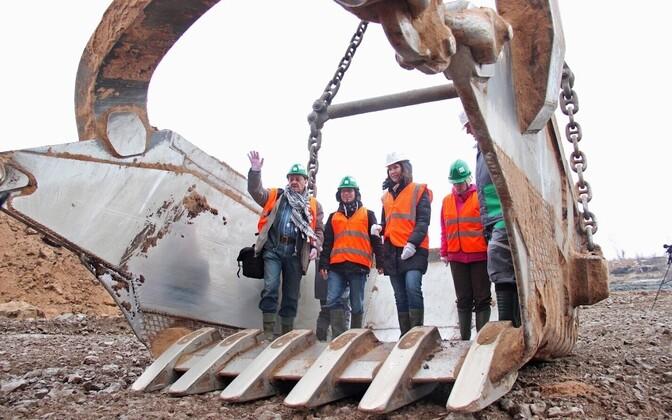 Eesti Energia employees with an excavator.