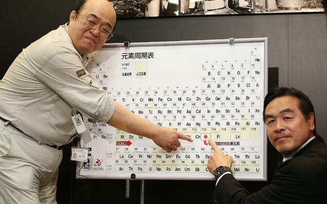 Nihooniumi avastanud töörühma juht osutab üliraske elemendi paigale perioodilisustabelis.