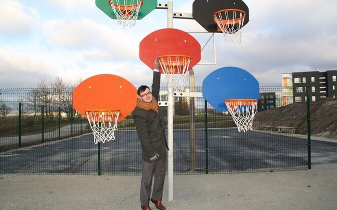 Заместитель старейшины Ласнамяэ Яанус Рийбе на баскетбольной площадке в парке Паэ.