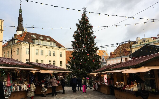 Jõuluturg Tallinna Raekoja platsil.