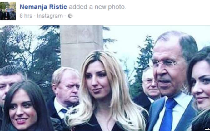 Nemanja Ristic (vasakul brüneti naisterahva taga) ja Venemaa välisminister Sergei Lavrov 12. detsembril Belgradis.