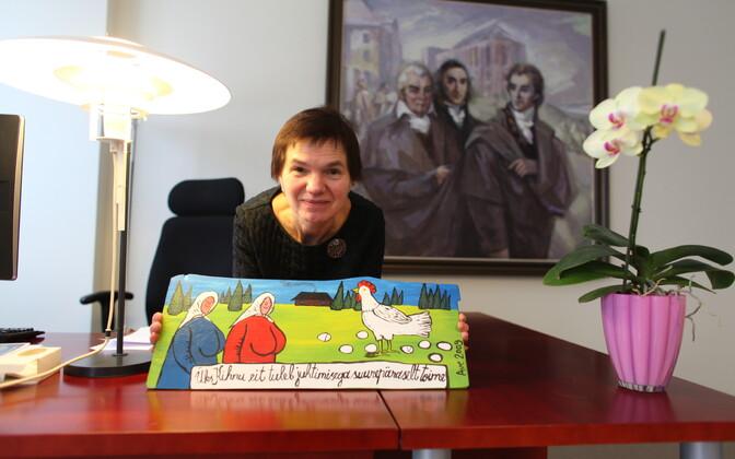 Maaja Vadi tänulikult õpilaselt kingiks saadud Ave Nahkuri maaliga.
