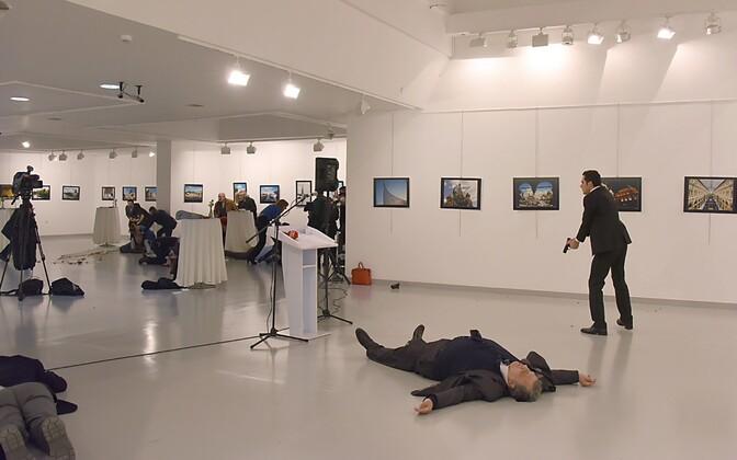 На месте происшествия, в художественной галерее в Анкаре.