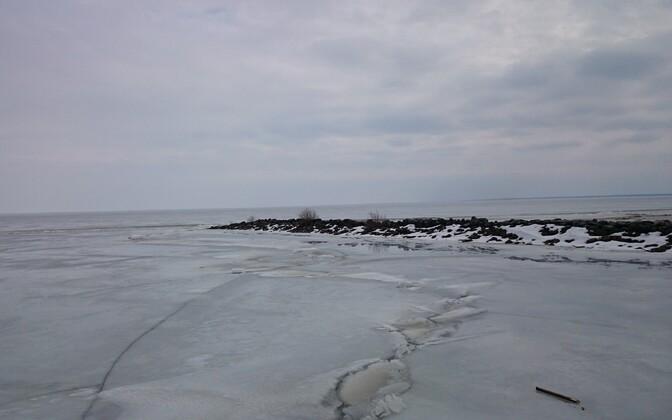 Лед на Нарвском водохранилище и Чудском озере еще тонкий.