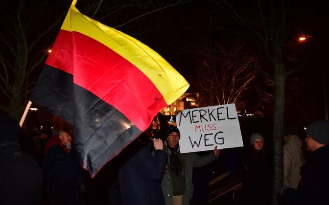 Populistliku partei Alternatiiv Saksamaale toetajad Angela Merkeli vastase loosungiga.