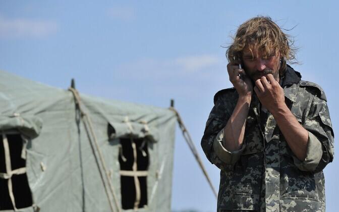 Ukraina valitsusvägede sõdur rääkimas mobiiltelefoniga.