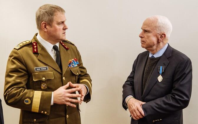 USA senaator John McCain sai kaitseväe juhatajalt teenetemärgi.
