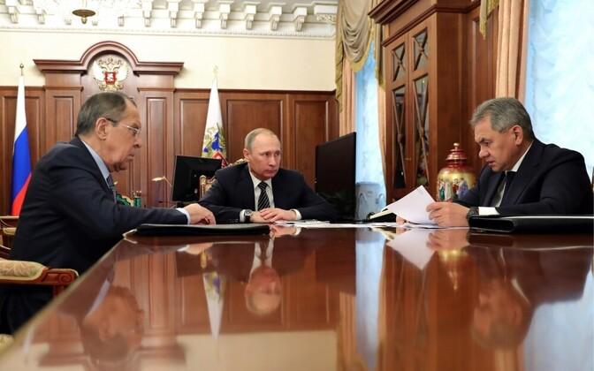 Совещание президента РФ Владимира Путина (в центре) с главой МИД Сергеем Лавровым (слева) и министром обороны Сергеем Шойгу.