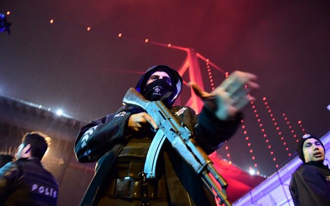 Турецкая полиция у ночного клуба после нападения.