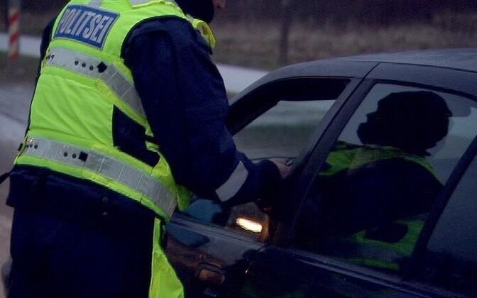 Politseinik autojuhi joovet kontrollimas.