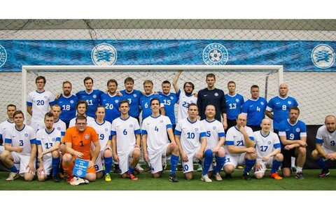 Jalgpallipere (sinistes) ja FC Cosmos (valgetes)