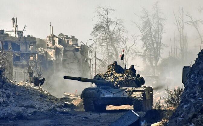 Süüria valitsusvägede tank Aleppo lähistel.