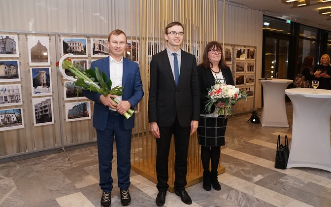 Minister of Foreign Affairs Sven Mikser (center) with 2016 award winners Andrus Kõresaar and Ilona Gurjanova. Jan. 4, 2016.