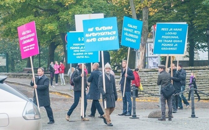 Opponents of the Registered Partnership Act picketing parliament, 2014.