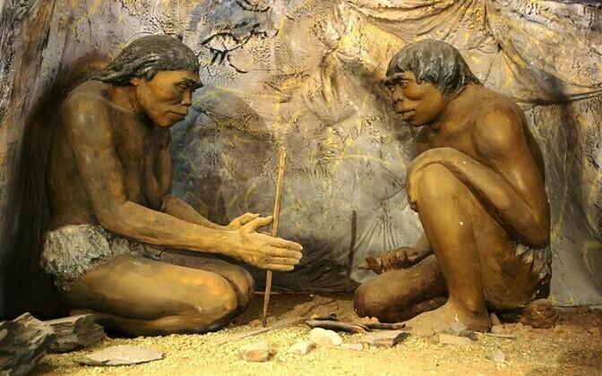 Reaalsust on kõpitsetud vähemalt sestsaadik, kui õpiti tuld tegema, valgustati ja soojendati niiviisi tegelikku maailma. Teadaolevalt oli esimene, kes oskas kasutada tuld, Homo erectus (püstine inimene). Pildil dioraam Mongoolia ajaloo rahvusmuuseumist.