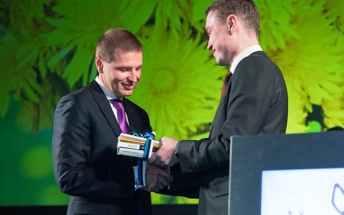 Reform Party chairman Hanno Pevkur, receiving outgoing chairman Taavi Rõivas' congratulations, Jan. 7, 2016.