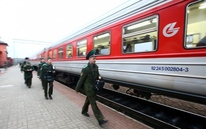 Valgevene piirivalvurid Leedust saabunud rongi juures.