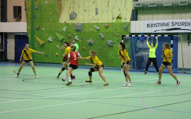 Aleksandra Romanenko Reval-Sport/Mellast üritab läbi murda HC Tallinna kaitsest.