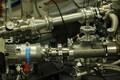 See seade jälgib lühikeste elektronide impulsside abil erinevates optilistes materjalides kiireltkulgevaid protsesse.