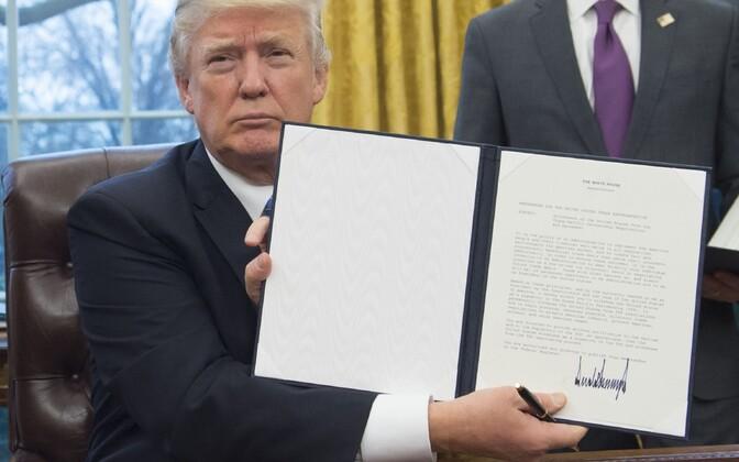 Церемония подписания указа о выходе США из ТТП в Овальном кабинете Белого дома.