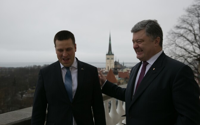 Estonian Prime Minister Jüri Ratas (left) with visiting Ukrainian President Petro Poroshenko (right) in Tallinn. Jan. 23, 2017.