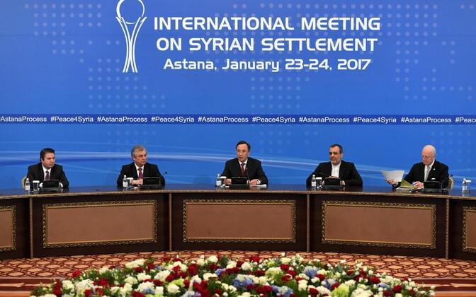 Министр иностранных дел Казахстана Кайрат Абдрахманов (в центре) зачитывает итоговое коммюнике.