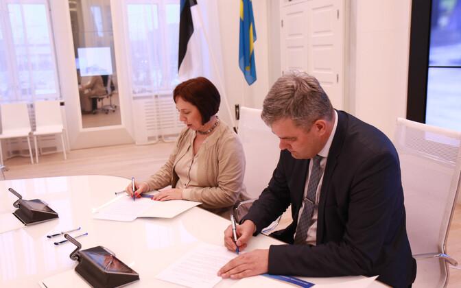 Haridusminister Mailis Reps ja Rakvere linnapea Mihkel Juhkami kokkuleppe allkirjastamisel.