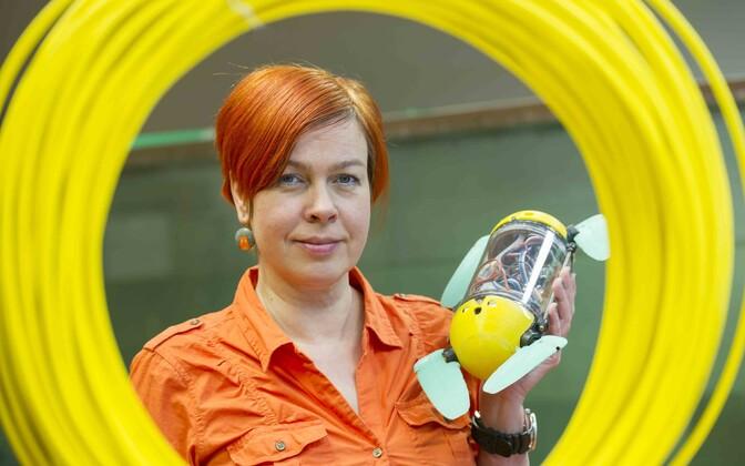 Maarja Kruusmaal on käes biorobootika keskuse kilpkonnaroboti U-CAT eelkäija.