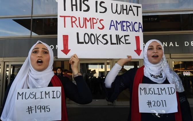 Protesteerijad Los Angelese rahvusvahelises lennujaamas avaldamas meelt Trumpi migratsioonipiirangu vastu
