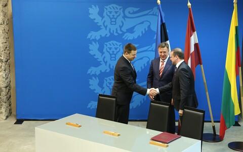Balti riikide peaministrid kätlemas pärast Rail Balticu leppe allkirjastamist.